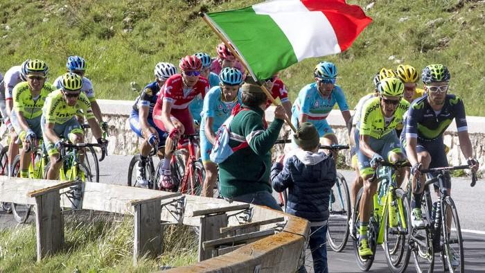 El pelotón durante el Giro de Italia 2016