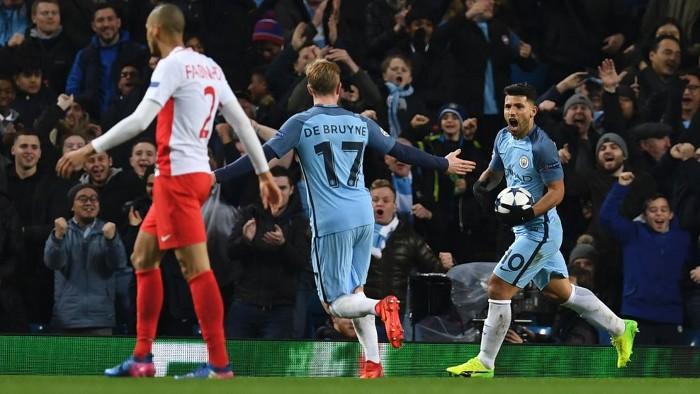 Agüero marcó dos goles en la victoria del City