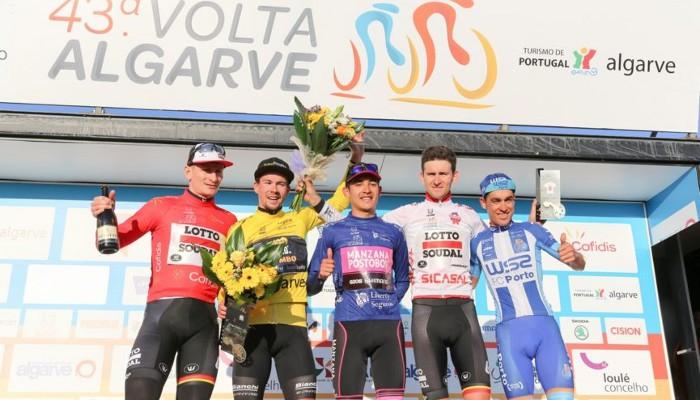 Podio final de la Vuelta al Algarve 2017, con Primoz Roglic