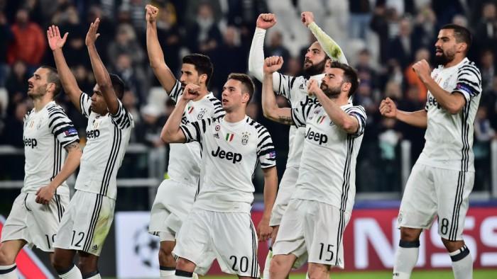 Los jugadores de la Juve celebran su pase a cuartos de final