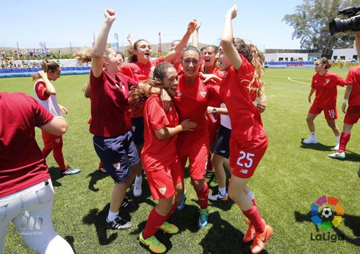 Las jugadoras sevillistas celebran el ascenso