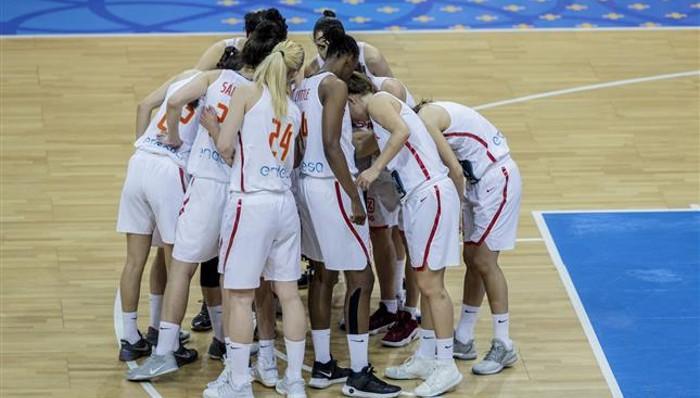 La selección española femenina haciendo piña durante un partido del Eurobasket 2017