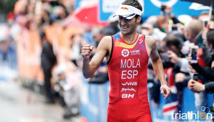 Mario Mola repite como campeón del mundo de triatlón