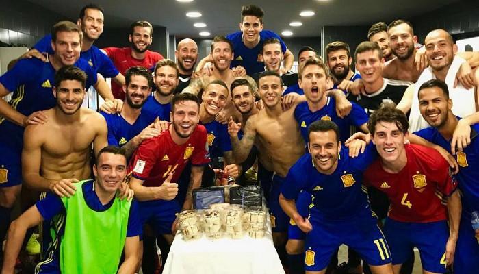 España celebra en el vestuario su clasificación a Rusia 2018