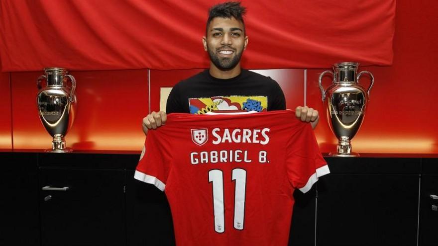 Gabigol en su presentación con el Benfica