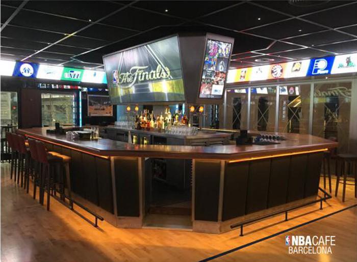 El NBA Café traslada el ambiente de la liga de baloncesto más importante a Barcelona