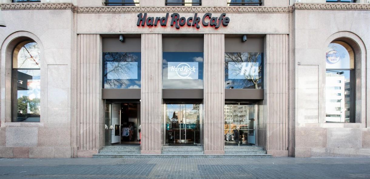 Un Sant Jordi solidario en el Hard Rock Café con rosas y libros