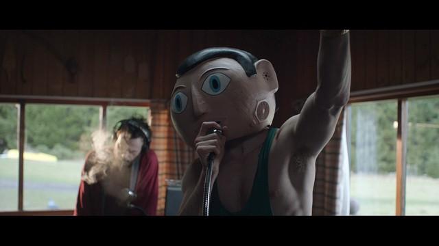 No podemos dejar de resaltar la magnífica labor de Fassbender interpretando a Frank, logrando que comprendamos sus emociones, miedos y reacciones incluso sin ver su cara, siempre dentro de la enorme cabeza de muñeco.