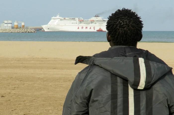 Migrante playa mar barco
