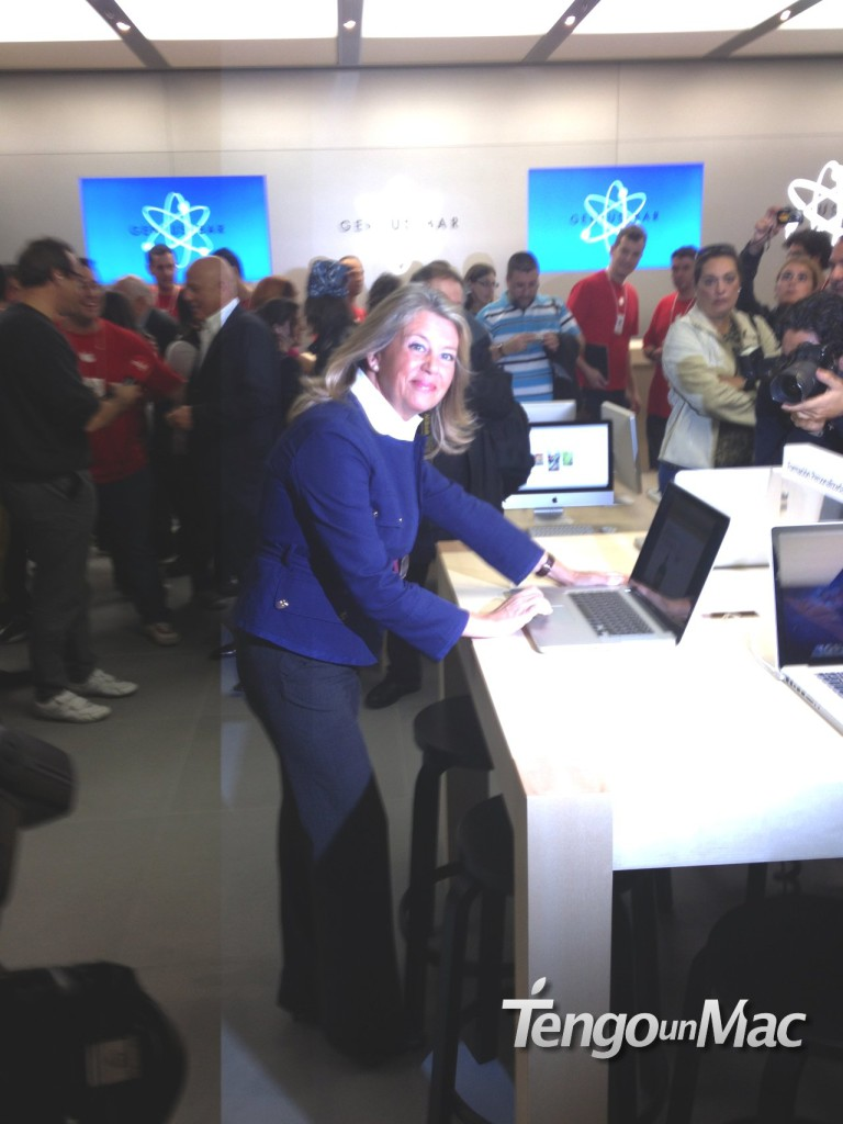 Alcaldesa Marbella en la Apple Store
