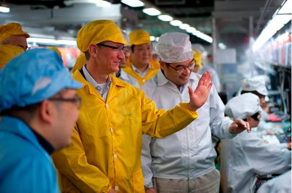 Tim Cook visita la fábrica de Foxconn