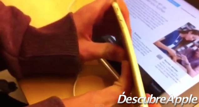Dos chicos entran en una Apple Store para doblar iPhones