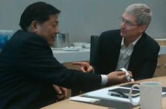 Tim Cook presenta el Apple Watch a las autoridades Chinas