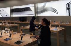 Apple coloca carteles publicitarios del Apple Watch en sus tiendas aunque aún no esté a la venta