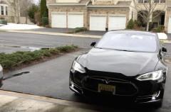 Ya puedes sacar el coche del garaje con tu Apple Watch… si tienes un Tesla