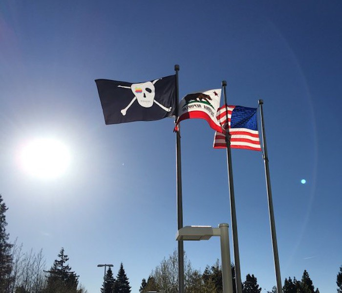 Apple-Cup-bandera-pirata