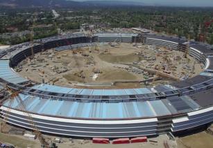 El Campus 2 de Apple empieza a ver la luz (y nunca mejor dicho)