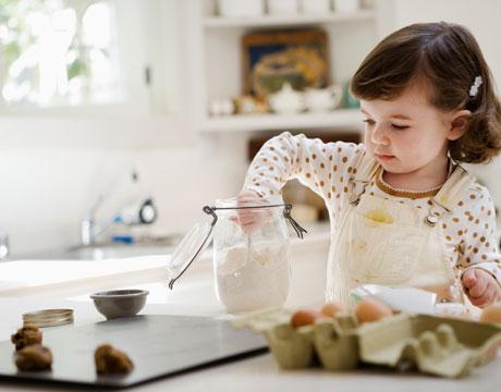 divertirse con los niños en la cocina