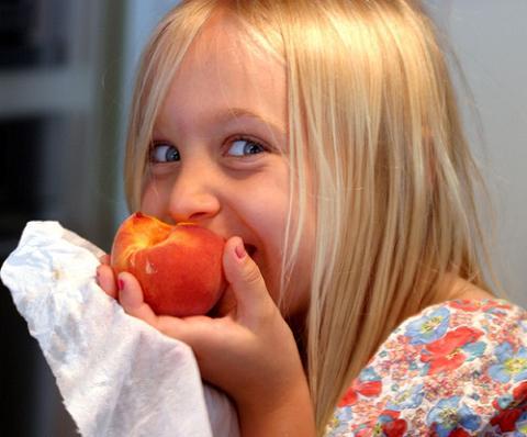 Reparto de fruta entre los escolares canarios para reducir la obesidad