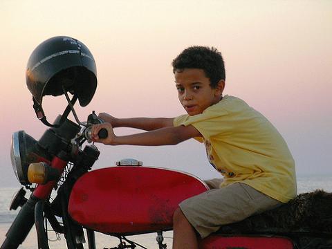 Norma para llevar a los niños en la moto