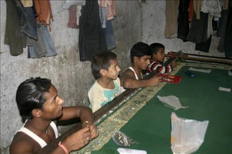 Rescatan a niños hindúes en talleres de explotación laboral