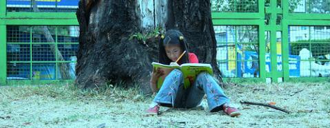 nena leyendo