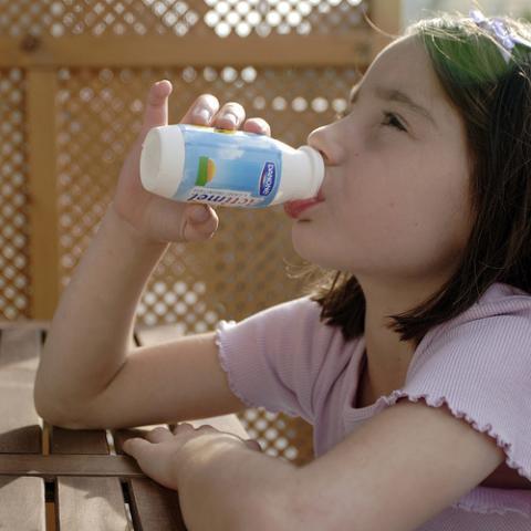 Halitosis en niños podría combatirse con un yogur diario