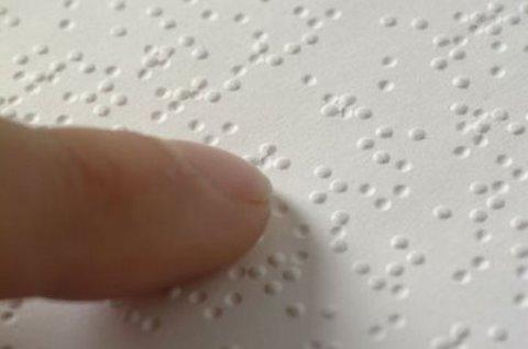 A golpe de dedo, un taller familiar para aprender el alfabeto Braille