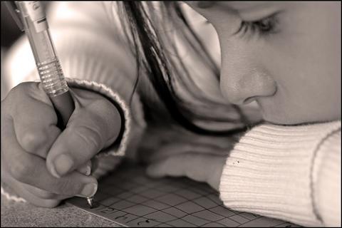 Escribir a mano genera niños inteligentes