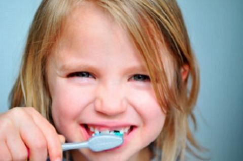 Enseñar a los niños a cepillarse los dientes correctamente