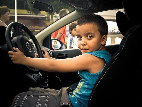 Los niños en el coche siempre en su sillita