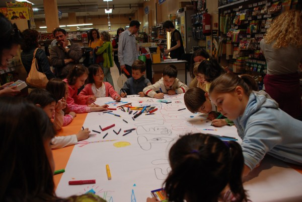 niños coloreando
