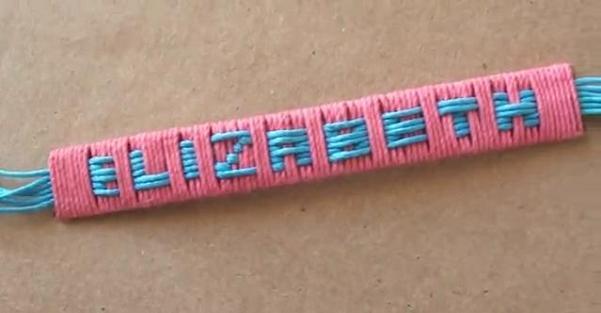 Ideas para el Día de la Madre: Una pulsera con su nombre hecha por los peques