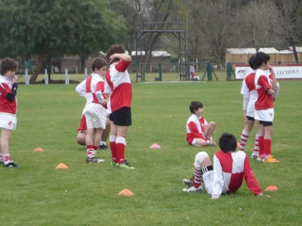 pequeños entrenando rugby