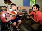 Tocar instrumentos musicales en la infancia aporta beneficios al cerebro adulto
