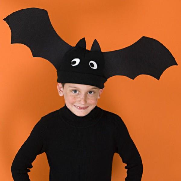 Con ropa negra y un sencillo sombrero conseguiremos un disfraz ideal