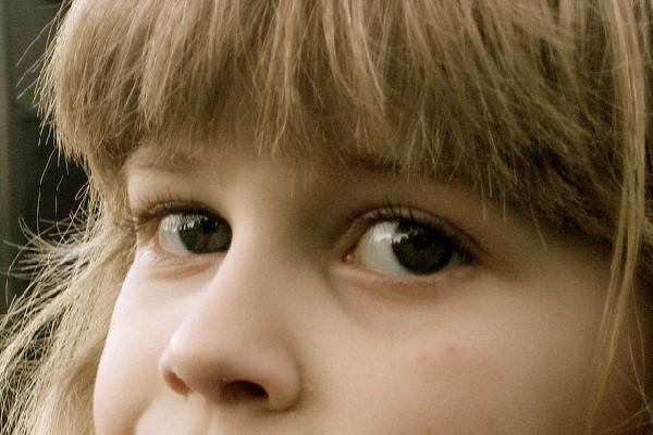 Cubriéndose los ojos creen que su yo es invisible aunque tengan conciencia de que el resto del cuerpo está descubierto