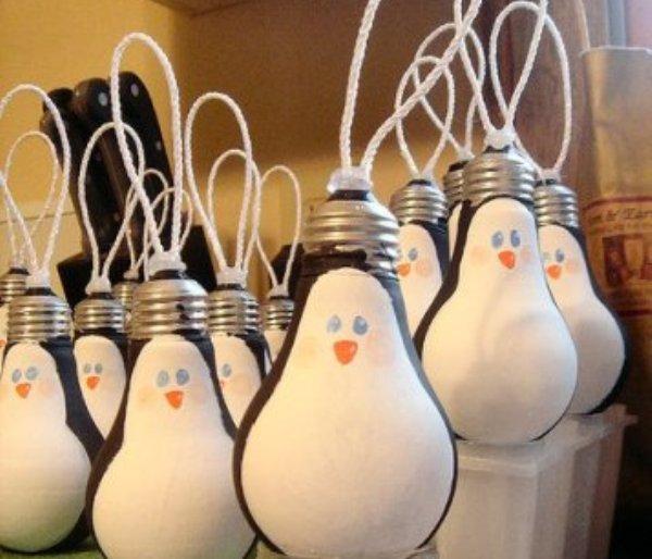Manualidad: bombillas-pinguino para el arbol
