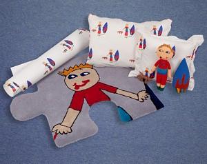 El dibujo del pequeño plasmado en alfombras y telas