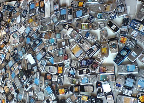 Almería recoge teléfonos móviles para ayudar a los niños con cáncer