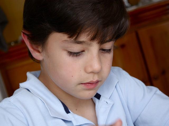 Niño en un examen