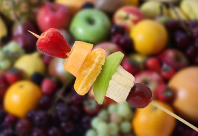Receta con plátanos: Brocheta de plátano y fruta
