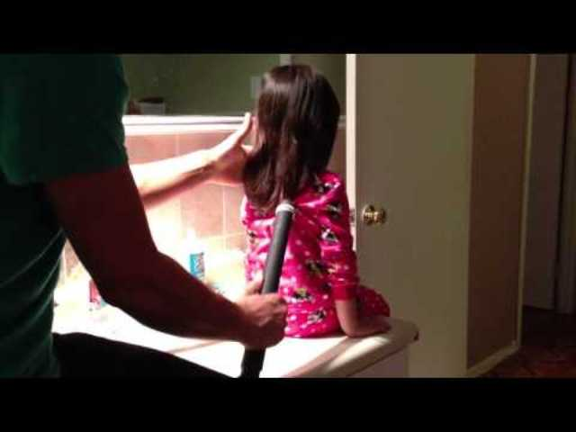 Las mañas de papá para peinar a la niña