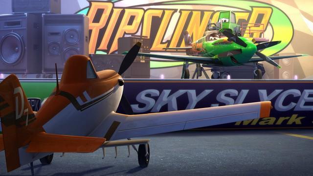 DISNEY cambia aviones de papel por entradas de cine para batir un récord Guinness