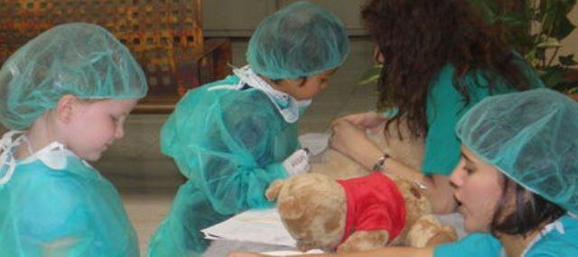 Niños hospitalizados y ositos peluche