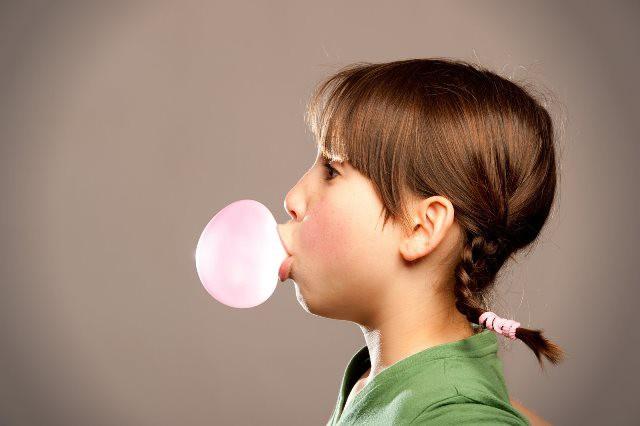 Masticar chicle puede causar migrañas en los niños