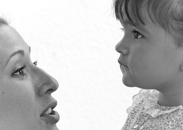 Imagen de una madre junto a su hija