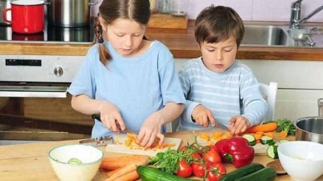 Los niños que ayudan en la cocina comen más verduras