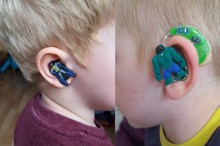 Audífonos de superhéroes para los niños sordos