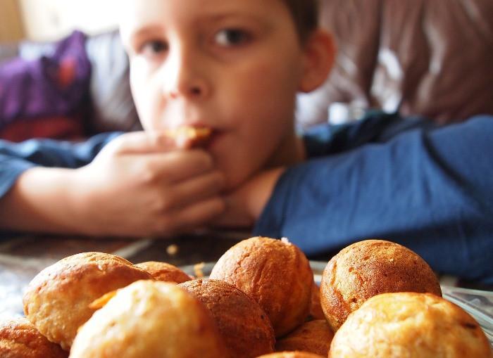 niño desayunando solo